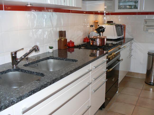 Plans de travail pour votre cuisine gammes de granit quartz marbre r sines tous coloris for Plan de travail marbre cuisine entretien