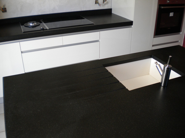 Table cuisine corian blanc for Table cuisine noire